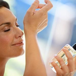 Aplicação de perfume