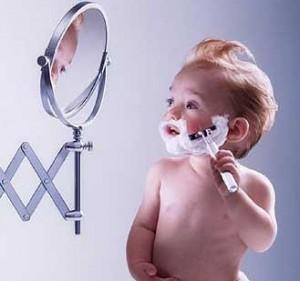 Criança a fazer a barba
