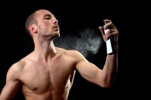 Homem aplicando perfume