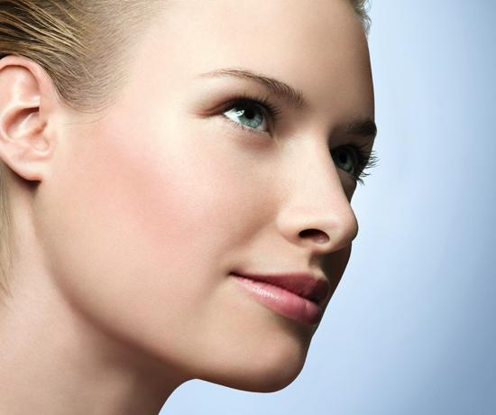 8 gestos que prejudicam a saúde da sua pele | Estética e Saúde