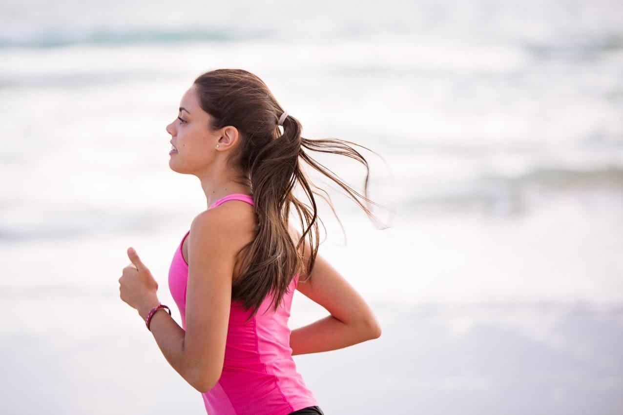 mulher a fazer jogging